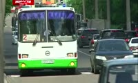 В маршрутном автобусе кондуктор ударил пассажирку
