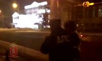Пьяная автоледи выясняет отношения с полицейскими