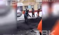 Красноярцы сняли на видео, как дорожники укладывают асфальт в снег