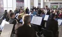Симфонический оркестр на железнодорожном вокзале