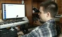 Незрячий мужчина поставил управляющий квартирой компьютер