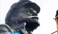 В Красноярске вымыли памятник Ленину