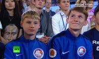 Владимир Путин общается с футболистами-детдомовцами красноярской команды «Тотем» на встрече в Сочи