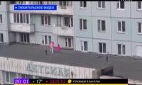 Дети играют на крыше поликлиники