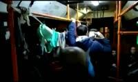 В красноярском автобусе пассажиры стали развешивать вещи