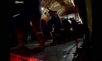 Спасатели загружают самолет