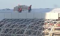 Рабочие катаются по крыше