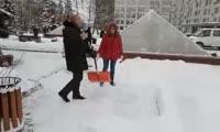 Владислав Логинов показал, как правильно убирать улицу
