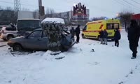 На проспекте Металлургов столкнулись грузовик и девятка