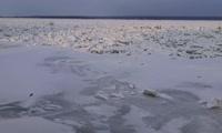 С набережной Енисей выглядит как широкое поле битого льда