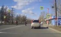 Водитель ВАЗа чуть не сбил пешеходов в Красноярске и заплатит крупный штраф