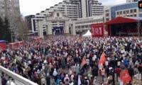 Красноярцы поют День Победы на площади Мира