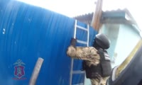 Полицейские штурмом берут дом зедаржанного наркоторговца в Кировском районе Красноярска