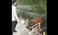 Вандал ломает урну с мусором на обновленной красноярской набережной