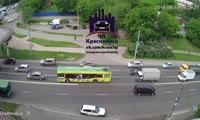На ул. Маерчака автобус сбежал от пытавшегося проучить его водителя через двойную сплошную