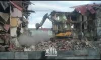 Экскаватор сносит пятиэтажку в Норильске