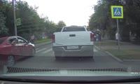 Ребёнка опасно  катают в машине по Красноярску