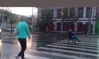 Пранк или жизнь, именно так случай на дороге Красноярска назвал автор видео