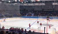 Cборные Российской студенческой хоккейной лиги «СХЛ Восток» и Американской университетской хоккейной лиги ACHA за несколько секунд до начала матча в «Кристалл арене»