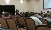 Консультант департамента градостроительства Александр Мещеряков обещает дольщикам разобраться с землей под одним из домов Реставрации