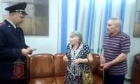 Замначальника полиции Железногорска Андрей Плохих возвращает красноярке ее кошелек