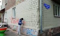 На улице Робеспьера неизвестный обдирает со здания свежую краску по дизайн-коду