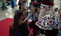 Дети в резиденции Деда Мороза на Рождественской ярмарке