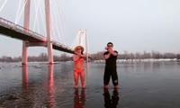 Красноярцы станцевали в ледяной воде ради челленджа Крида