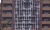В Студгородке Красноярска на новостройке ветер сдувает остекление балкона