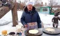 Директор зоопарка Роев ручей напек блинов для посетителей и медведей