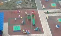 В детском саду мальчики избивают товарища