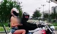 Голая пассажирка мотоцикла