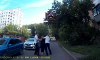 На Парашютной недовольная показаниями алкотестера женщина напала на полицейских