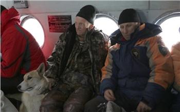 В недоступной тайге на юге Красноярского края у охотника отказали ноги. Он вызвал вертолет со спасателями