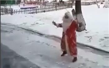 В красноярском детском саду Дед Мороз поздравил детей с улицы
