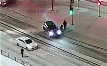 В Красноярске пешеход водитель BMW сбил подростка и получил по лицу от проходящего мимо собачника