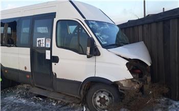 В Туве пьяный водитель Тойоты врезался в автобус: пострадали 11 детей