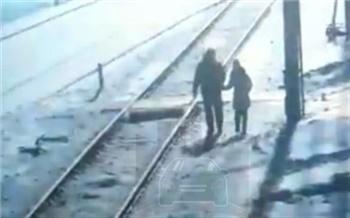 В Заозерном поезд сбил шедших рядом с путями отца с дочерью