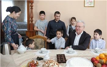 Александр Усс подарил многодетной семье из11-ти человек домашний спорткомплекс