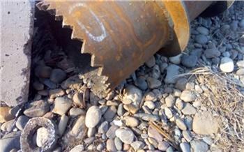 На Абаканской протоке водолазы начали чистить донный водоспуск. Из-за этого на набережной и острове Отдыха закрыли часть пешеходных путей