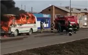 Жители Балахты сняли пылающую на дороге маршрутку