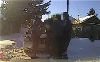 Защищавшая мужа женщина напала на полицейского в Идринском районе. Возбудили уголовное дело