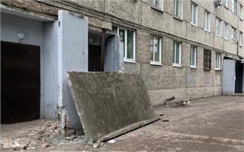 Бетонный козырек обвалился на Карбышева в Красноярске