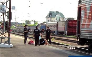 В Красноярском крае из поезда высадили потерявшего ориентацию пассажира. Он курил в вагоне и оскорблял соседей