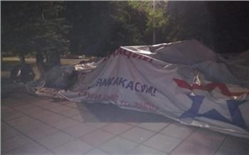 В Хакасии мужчина поджег палатку мобильного пункта вакцинации Минобороны. Глава республики извинился за него перед Сергеем Шойгу