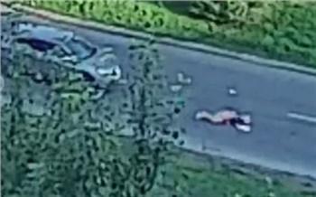В центре Красноярска водитель Nissan прокатил на капоте пешехода. Женщина переходила дорогу по правилам