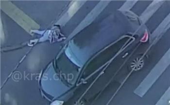 В центре Красноярска водитель седана сбил женщину. Она разговаривала по телефону и перебегала дорогу на красный