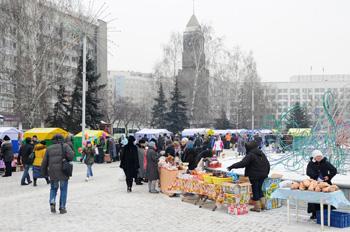 Сотрудники мэрии пришли на Театральную площадь за ягодой и подарками