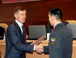 Александр Горовой награждает красноярского полицейского