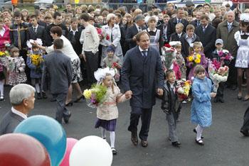 Лев Кузнецов отвел 1 сентября в школу много детей, но ни одного своего. Работа такая